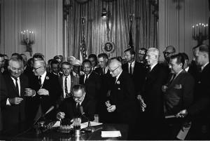 lyndon_johnson_signing_civil_rights_act_2_july_1964